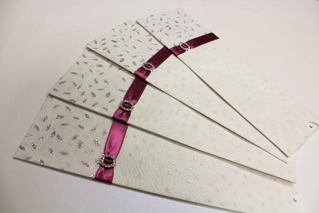 cuatro invitaciones de boda con lazo rosa